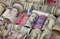 Банкноты разных стран. Доллар поднялся почти до трёхнедельного максимума к иене в четверг, так как неожиданное решение Банка Англии оставить ключевую ставку на прежнем уровне и надежды на новые стимулы Банка Японии вернули рынкам аппетит к риску.  REUTERS/Jason Lee/Illustration/File Photo