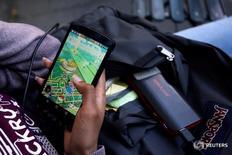 Женщина играет в Pokemon Go в Нью-Йорке 11 июля 2016 года. Акции Nintendo Co подскочили почти на 10 процентов до шестилетнего максимума в пятницу, продолжив впечатляющий рост, вызванный запуском новой мобильной игры Pokemon Go, и почти удвоив рыночную стоимость компании чуть более чем за неделю. REUTERS/Mark Kauzlarich