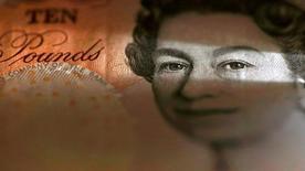 Фрагмент банкноты в 10 фунтов стерлингов. 16 марта 2016 года. Фунт стерлингов может показать лучшую недельную динамику с 2009 года в пятницу на фоне ожиданий периода относительного политического и экономического спокойствия, однако более масштабные риски, связанные с решением Великобритании выйти из Евросоюза, не дают валюте выйти за пределы двухнедельного максимума выше $1,34. REUTERS/Phil Noble/Illustration/File Photo
