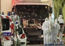 Сотрудники полиции на Английской набережной в Ницце 14 июля 2016 года. Как минимум 84 человека погибли и десятки получили ранения в результате нападения, совершенного в четверг вечером, когда грузовик на высокой скорости врезался в толпу людей, собравшуюся на набережной в Ницце, чтобы посмотреть салют в честь Дня взятия Бастилии. REUTERS/Eric Gaillard