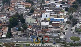 Символ олимпийского дивжения в парке в Рио-де-Жанейро 29 июля 2015 года. Ряд антидопинговых агентств, включая американское и канадское, призывают добиться отстранения всех российских спортсменов от участия в Олимпийских играх в Рио, если расследование  подтвердит проведение государственной допинговой программы на зимних Играх в Сочи в 2014 году.  REUTERS/Ricardo Moraes