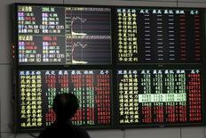 Инвестор в брокерской конторе в Шанхае. 18 января 2016 года. Китайский фондовый рынок снизился по итогам торгов понедельника на фоне распродажи акций компаний сектора недвижимости и строительства после выхода данных о замедлении роста цен на жилье в июне. REUTERS/Aly Song