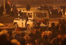 Поврежденный во время уличной акции протеста в Ереване полицейский автомобиль 2 марта 2008 года. Власти Армении в понедельник призвали боевиков, захвативших накануне участок полиции в столице, сложить оружие и освободить пятерых заложников-полицейских. REUTERS/David Mdzinarishvili