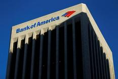 Здание Bank of America в Лос-Анджелесе, Калифорния, 29 октября 2014 года. Bank of America Corp, второй по объему активов банк в США, отчитался в понедельник о снижении квартальной прибыли на 19,4 процента в связи с увеличением средств, выделенных на покрытие возможных потерь от безнадёжных кредитов. REUTERS/Mike Blake/File Photo