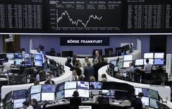 Operadores trabajando en la bolsa alemana en Fráncfort, jul 15, 2016. Las acciones europeas cerraron con ganancias el lunes, lideradas por el sector tecnológico luego de la adquisición de ARM, que permitió a los mercados contrarrestar la preocupación por la situación política en Turquía.      REUTERS/Staff/Remote