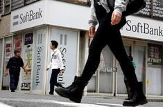 Las acciones europeas cerraron con ganancias el lunes, lideradas por el sector tecnológico tras la adquisición de ARM por el grupo nipón Softbank, que permitió a los mercados contrarrestar la preocupación por la situación política en Turquía. En la imagen de archivo, peatones pasan junto a una tienda del grupo de telecomunicaciones SoftBank en Tokio, el 10 de mayo de 2016. REUTERS/Thomas Peter/File Photo