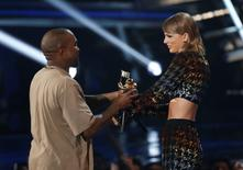 Taylor Swift presents the Video Vanguard Award to Kanye West at the 2015 MTV Video Music Awards in Los Angeles, California, August 30, 2015.  REUTERS/Mario Anzuoni