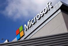 El logo de Microsoft en un edificio en Los Angeles, jun 14, 2016. El fuerte crecimiento de su negocio de computación en nube para empresas ayudó a que las ventas trimestrales de Microsoft Corp superaran las previsiones de Wall Street, lo que alentaba un alza de sus acciones de un 4 por ciento en las operaciones tras el cierre del mercado regular.  REUTERS/Lucy Nicholson/File Photo