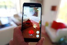Las acciones de Nintendo Co cedían el miércoles parte de las ganancias meteóricas que anotaron por el éxito de su videojuego para dispositivos móviles Pokemon GO, golpeadas en parte por la noticia de un retraso de su lanzamiento en Japón. En la imagen, un teléfono con el juego Pokemon Go en funcionamiento en una foto ilustrativa tomadaen Palm Springs, California, el 11 de julio de 2016.  REUTERS/Sam Mircovich