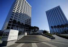 The offices of Pacific Investment Management Co (PIMCO) (L) are shown in Newport Beach, California August 4, 2015.  REUTERS/Mike Blake/Files