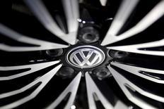 Le résultat d'exploitation de Volkswagen dépasse les attentes au premier semestre grâce à la réduction des coûts et à la hausse des ventes en Europe, mais le constructeur automobile annonce  2,2 milliards d'euros de provisions supplémentaires liées au scandale des émissions polluantes. /Photo d'archives/REUTERS/Damir Sagolj