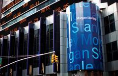 El logo corporativo de Morgan Stanley en su sede en Nueva York. 20 de enero de 2015. El banco estadounidense Morgan Stanley reportó el miércoles una caída en sus ganancias ajustadas del segundo trimestre, debido a que las medidas para recortar costos no lograron compensar por un declive en los ingresos en sus negocios de intermediación y banca de inversión. REUTERS/Mike Segar
