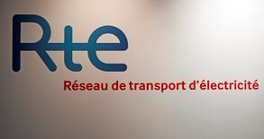 La Caisse des Dépôts (CDC) doit formuler fin juillet une valorisation des actifs de RTE dans le cadre du projet de cession par EDF de 49% du capital du gestionnaire du réseau français de transport d'électricité. /Photo d'archives/REUTERS/Jean-Paul Pelissier