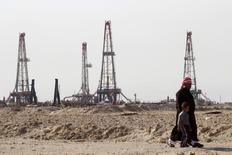 Нефтяное месторождение Румайла в Басре, Ирак. Фьючерсы на нефть выросли в четверг, после того как Управление энергетической информации (EIA) США сообщило о снижении запасов чёрного золота девятую неделю подряд, но удивило рынок неожиданными данными о росте запасов бензина.  REUTERS/Essam Al-Sudani/File Photo