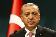 Тайип Эрдоган выступает на пресс-конференции в Президентском дворце в Анкаре. Президент Турции Тайип Эрдоган объявил о введении чрезвычайного положения в среду, усилив преследование сотрудников служб безопасности, судебной власти, госслужащих и научного сообщества после неудачной попытки военного переворота. REUTERS/Umit Bektas