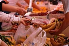 Clientes comprando bananas en un mercado en Pekín, China. 9 de mayo de 2016. El crecimiento económico de China se ralentizaría a un 6,5 por ciento este año, en el extremo inferior del rango meta de Pekín, aún en momentos en que el Gobierno intensifica las medidas de apoyo, según un sondeo de Reuters. REUTERS/Kim Kyung-Hoon