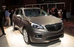General Motors Co.демонстрирует американскую версию Buick Envision перед автошоу в Детройте. General Motors Co улучшила прогноз годовой прибыли, отчитавшись о рекордной прибыли во втором квартале, которая легко опередила прогнозы аналитиков. REUTERS/Rebecca Cook