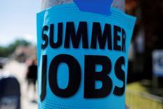 Les inscriptions hebdomadaires au chômage aux Etats-Unis ont enregistré une baisse inattendue lors de la semaine au 16 juillet, à 253.000, soit 1.000 de moins que la semaine précédente, revenant ainsi à leur plus bas niveau depuis trois mois. /Photo d'archives/REUTERS/Brian Snyder