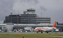 """Varias aerolíneas europeas activaron la alarma el jueves sobre el panorama para el sector de transporte aéreo, después de que easyJet afirmara que no podía ofrecer estimaciones de beneficios para este año y Lufthansa advirtiera de menores utilidades, en medio de los temores por la seguridad y el impacto del """"Brexit"""". En la imagen, un avión de la compañía easyJet aparece aparcado en el aeropuerto de Manchester. el pasado 28 de junio de 2016.  REUTERS/Andrew Yates"""