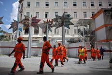 Trabajadores indios a las afueras de un hotel en construcción en La Habana, jul 18, 2016. El grupo francés Bouygues ha empleado a más de 100 indios para trabajar en un hotel que construye en Cuba, rompiendo el tabú en el país de gobierno comunista sobre la contratación de mano de obra extranjera.  REUTERS/Alexandre Meneghini