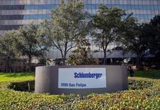 Schlumberger, le numéro un mondial du secteur parapétrolier, annonce une perte trimestrielle, contre un bénéfice sur la période correspondante de l'an dernier, conséquence d'une charge de 2,57 milliards de dollars (2,33 milliards d'euros) liée à des dépréciations d'actifs et des réductions d'effectifs./Photo d'archives/REUTERS/Richard Carson