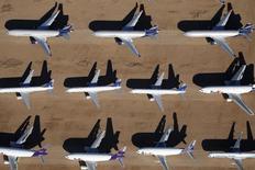 Viejos aviones, incluyendo Boeing 747-400, almacenados en el desierto en California, Estados Unidos. 13 de marzo de 2015. Los resultados del segundo trimestre de Boeing Co incluirán más de 2.000 millones de dólares en cargos relacionados con los programas de aviones 787, 747 y la aeronave cisterna KC-46, dijo el jueves la empresa. REUTERS/Lucy Nicholson