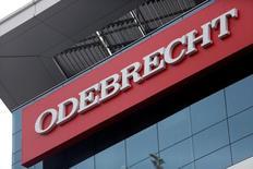 Un logo de la empresa Odebrecht SA en un edificio en Lima. 28 de junio de 2016. La aprobación de un préstamo de 4.125 millones de dólares por parte de un grupo de bancos para el operador de un gasoducto en Perú podría acelerarse si la empresa de ingeniería brasileña Odebrecht sale totalmente de la construcción del proyecto, dijeron el jueves tres fuentes familiarizadas con el tema. REUTERS/Janine Costa