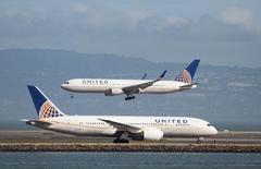 Los resultados del segundo trimestre de Boeing incluirán más de 2.000 millones de dólares en cargos relacionados con los programas de aviones 787, 747 y la aeronave cisterna KC-46, dijo el jueves la empresa. En la imagen, varios aviones de la compañía norteamericana United Airlines, del modelo Boeing 787, aparecen en el aeropuerto internacional de San Francisco, California, el 7 de febrero de 2015.   REUTERS/Louis Nastro