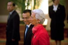 El primer ministro chino, Li Keqiang, pidió el viernes a los líderes mundiales que intensifiquen la coordinación de políticas macroeconómicas, tras reunirse con las máximas autoridades del Fondo Monetario Internacional, el Banco Mundial y otros funcionarios económicos de alto rango. EN la imagen, el primer ministro cihno, Li Keqiang, pasea junto a la directora del FMI, Christine Lagarde, hacia una reunioón sobre política económica en Pekín, previa al encuentro del fin de semana del G-20, en China, el 22 de julio de 2016. REUTERS/Mark Schiefelbein