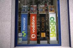 Masmovil anunció el viernes que ha llegado a un acuerdo con Orange para invertir conjuntamente en redes de fibra de nueva generación para un millón de unidades inmobiliarias. En la imagen de archivo, se ven en la parte derecha los logos de Orange y Yoigo, (cuya compra última MasMovil), junto a los de Movistar y Vodafone, en una tienda en Madrid el 31 de marzo de 2016. REUTERS/Andrea Comas