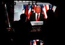Трансляция выступления Дональда Трампа на съезде Республиканской партии в Кливленде., штат Огайо 21 июля 2016 года. Старожилы Республиканской партии в области внешней политики и другие эксперты опасаются, что предложение кандидата в президенты США Дональда Трампа об отказе от гарантий НАТО в автоматической защите всем членам альянса может похоронить организацию, которая способствовала сохранению мира 66 лет, и спровоцировать российскую агрессию. REUTERS/Shannon Stapleton