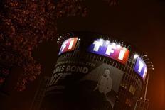 TF1 est une des pllus fortes baisses de la Bourse de Pazris vendredi à mi-séance et cède 6,62% au lendemain de la publication de résultats semestriels décevants, qui ont notamment poussé Barclays et UBS à légèrement abaisser leurs objectifs de cours. /Photo prise le 2 juin 2016/REUTERS/Jacky Naegelen