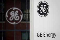 Логотип General Electric в Бельфоре. 27 апреля 2014 года. General Electric Co в пятницу отчиталась о резком росте скорректированной чистой прибыли во втором квартале, так как успехи бизнеса в сфере авиации, здравоохранения и электрогенерации перевесили слабый спрос на нефтегазовое и транспортное оборудование. REUTERS/Vincent Kessler/File Photo