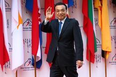 El primer ministro chino, Li Keqiang, saluda al llegar a la cumbre entre países asiáticos y europeos en Ulaanbaatar, Mongolia. 15 de julio de 2016. El primer ministro chino, Li Keqiang, pidió el viernes a los líderes mundiales que intensifiquen la coordinación de políticas macroeconómicas, luego de reunirse con las máximas autoridades del Fondo Monetario Internacional, el Banco Mundial y otros funcionarios económicos de alto rango. REUTERS/Wu Hong/Pool