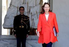 Ségolène Royal, ministre de l'Environnement, a annoncé vendredi les deux premiers lauréats de l'appel d'offres pilote pour l'éolien flottant. /Photo prise le 4 mai 2016/REUTERS/Jacky Naegelen