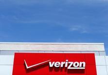 El logo de Verizon en una tienda en San Diego, EEUU, abr 21, 2016. Yahoo está estudiando la venta del grueso de su negocio al operador estadounidense Verizon Communications después de revisar las ofertas finales recibidas esta semana, dijeron fuentes conocedoras de la operación.   REUTERS/Mike Blake/File Photo