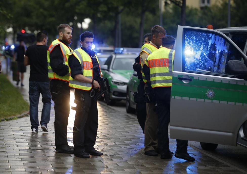 BRD under attack – Terror und Panik: München, Würzburg, Ansbach, Reutlingen ?m=02&d=20160723&t=2&i=1146756541&w=976&fh=&fw=&ll=&pl=&sq=&r=2016-07-23T124508Z_3118_LR1EC7M1CZQZ9_RTRMADP_0_GERMANY-CRIME-MUNICH