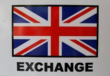 El Reino Unido necesitará meses de preparación antes de comenzar las negociaciones del brexit, dijo el lunes el presidente de la Comisión Europea, Jean-Claude Juncker, reprendiendo a Londres por no haberse preparado mejor para el resultado que arrojaron las urnas el pasado 23 de junio. En la imagen de la bandera del Reino Unido en una casa de cambio de divisas en Sevilla el 5 de julio. REUTERS/Marcelo del Pozo/