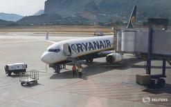 Las acciones europeas subían el lunes, con un repunte destacado de la aerolínea de bajo coste Ryanair tras comunicar optimistas perspectivas, mientras que el grupo de juego William Hill avanzaba por el interés que despierta en sus rivales En la imagen, un avión de la aerolínea en el aeropuerto de Palermo Falcone y Borsellino el 10 de julio. REUTERS/Tony Gentile