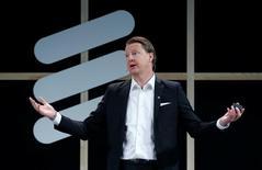 El consejero delegado de la sueca Ericsson ST, Hans Vestberg, renunció con efectos inmediatos, dijo el lunes el fabricante de equipos de telecomunicaciones móviles, que subía en bolsa un 4 por ciento.  En la imagen, Vestberg durante el último Mobile World Congress en Barcelona el 22 de febrero de 2016. REUTERS/Albert Gea/