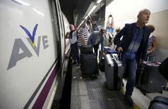 La Comisión Europea exigió el lunes a España recuperar las ayudas estatales ilegales concedidas al gestor ferroviario público ADIF para la construcción de un centro de ensayos de trenes de alta velocidad. En la imagen de archivo, pasajeros de un tren AVE en la estación barcelonesa de Sants en octubre de 2015. REUTERS/Albert Gea