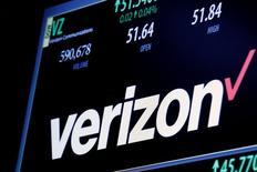 Торговая информация по Verizon на экране на Нью-Йоркской фондовой бирже. Телекоммуникационная компания Verizon Communications Inc сообщила в понедельник, что решила приобрести ключевой актив Yahoo Inc - интернет-бизнес - за $4,83 миллиарда наличными, завершив тем самым долгий процесс продажи одного из первопроходцев интернет-индустрии. REUTERS/Brendan McDermid