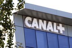 Orange et Canal+ lancent une offre commune qui permettra à certains abonnés à la fibre de l'opérateur télécoms de bénéficier sans surcoût d'un bouquet de chaînes payantes distribuées par CanalSat. /Photo d'archives/REUTERS/Charles Platiau