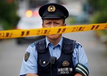 Офицер полиции у интерната для инвалидов, где произошло нападение. Вооружённый ножом мужчина напал на интернат для инвалидов в Японии, убив 19 человек.  REUTERS/Issei Kato
