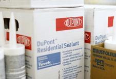 Продукция DuPont в магазине Калифорнии. Производитель химической продукции, в том числе для сельского хозяйства, DuPont отчитался о росте квартальной прибыли, превысившем прогнозы благодаря снижению расходов, а также сообщил об ожидаемом 50-процентном скачке операционной прибыли на акцию в текущем квартале в годовом выражении. REUTERS/Mike Blake