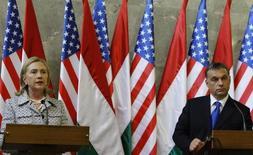 Госсекретарь США Хиллари Клинтон (слева) и премьер-министр Венгрии Виктор Орбан на пресс-конференции в Будапеште 30 июня 2011 года. Орбан поддержал внешнеполитические планы кандидата в президенты США от Республиканской партии Дональда Трампа, в отличие от курса его соперницы Хиллари Клинтон, главным образом, из-за различных взглядов в отношении мигрантов. REUTERS/Bernadett Szabo