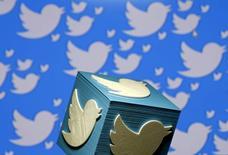 Twitter Inc anunció el crecimiento más lento en sus ingresos trimestrales desde que empezó a cotizar en bolsa en 2013, en momentos en que la compañía afronta un aumento de la competencia de rivales de rápido avance como Snapchat e  Instagram. En la imagen, un logo de Twitter en 3D en una foto ilustrativa en Zenica, Bosnia Herzegovina, el 26 de enero de 2016.  REUTERS/Dado Ruvic