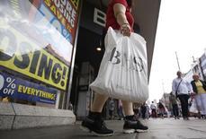 """Una persona con una bolsa de compras en Londres, el 25 de julio de 2016. Los minoristas británicos sufrieron la caída más acentuada de sus ventas en cuatro años tras el referendo del mes pasado sobre la permanencia de Reino Unido en la Unión Europea, lo que generó cuestionamientos sobre la capacidad de los consumidores para evitar una recesión ante el impacto del """"Brexit"""". REUTERS/Neil Hall"""