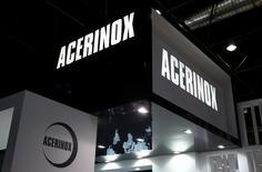 Tras un mal comienzo del año por el desplome del precio del níquel, los resultados de Acerinox <ACX.MC> mostraron los primeros síntomas de recuperación en el periodo de abril a junio. Imagen del logo de Acerinox en una feria de tubos  en Duesseldorf, Alemania el 7 de abril de 2016.   REUTERS/Wolfgang Rattay