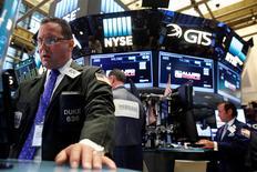 La Bourse de New York a terminé sur une note stable mercredi après le statu quo de la Réserve fédérale, à l'issue d'une séance marquée par une série de résultats de valeurs vedettes. Le Dow Jones reste inchangé. /Photo prise le 26 juillet 2016/REUTERS/Brendan McDermid